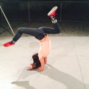 Catarina in scorpion pose